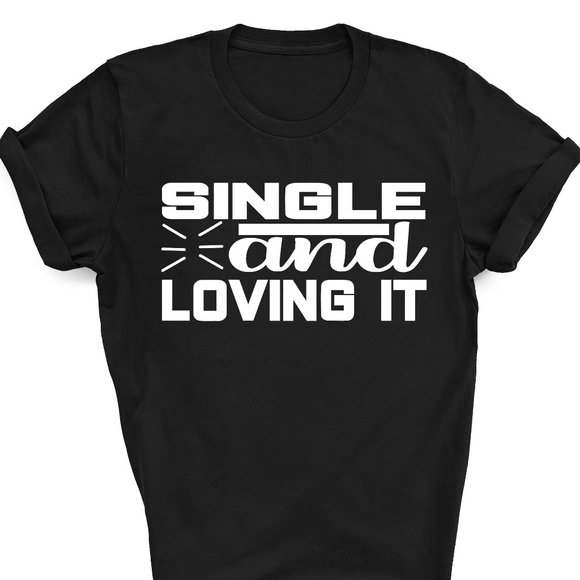 single and loving it Funny Shirt Graphic Tee Unis